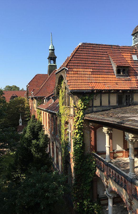 Quartier Beelitz-Heilstätten - Bewachsene Fassade, brüchige Balkone und undichtes Dach des Männersanatoriums