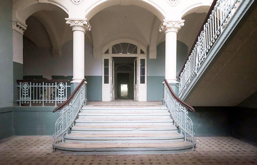 Quartier Beelitz-Heilstätten - Innenansicht des Haupteingangs mit Treppenhaus im Männersanatorium