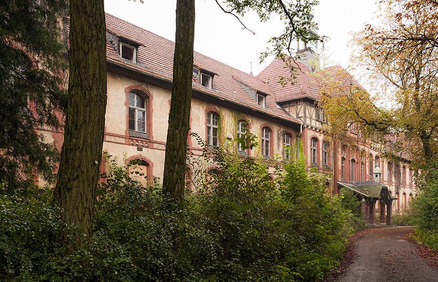 Quartier Beelitz-Heilstätten - Seitliche Ansicht des Haupteingangs des Männersanatoriums