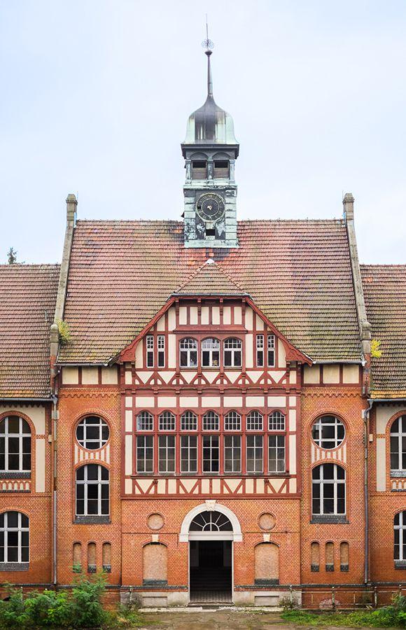Quartier Beelitz-Heilstätten - Hauptfassade mit Eingang zentrales Badehaus