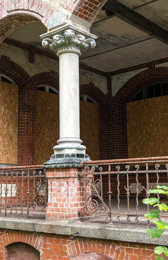 Quartier Beelitz-Heilstätten - Säule eines Liegebalkons im historischen Männersanatorium