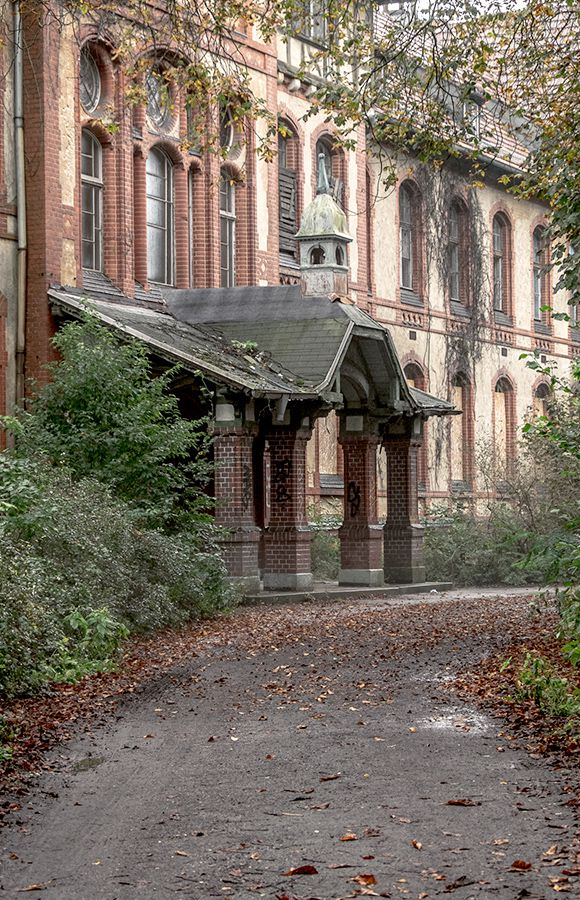 Quartier Beelitz-Heilstätten - Haupteingang des historischen Männersanatoriums im Herbst