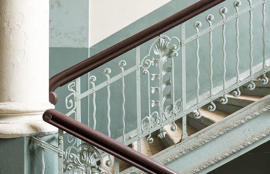 Quartier Beelitz-Heilstätten - Nahaufnahme eines aufwendig gestalteten Treppengeländers im historischen Männersanatorium