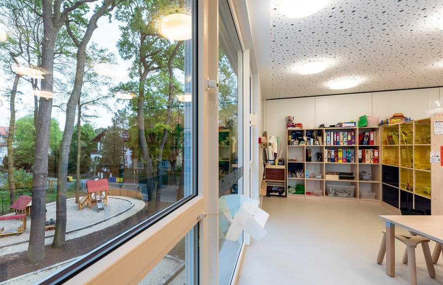 """Kindergarten am Filmpark - Gruppenraum in der Kita """"Ole Lukoie"""" mit Blick auf dem Kita-Spielplatz"""