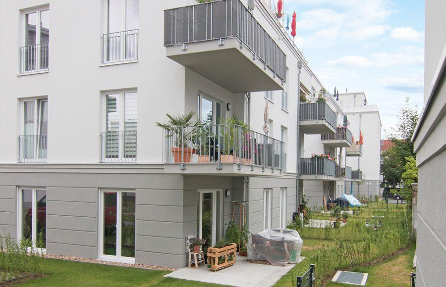 Küstriner Straße - Blick auf eingerichtete Terrassen und Gärten im Erdgeschoss