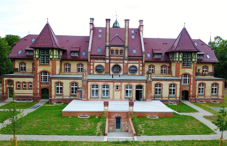 Refugium Beelitz - Frontalansicht des historischen Küchengebäudes nach Sanierung
