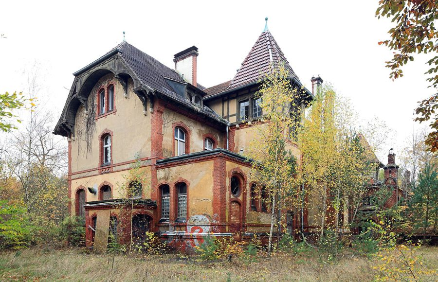 Refugium Beelitz - Schrägansicht des historischen Küchengebäudes vor der Sanierung