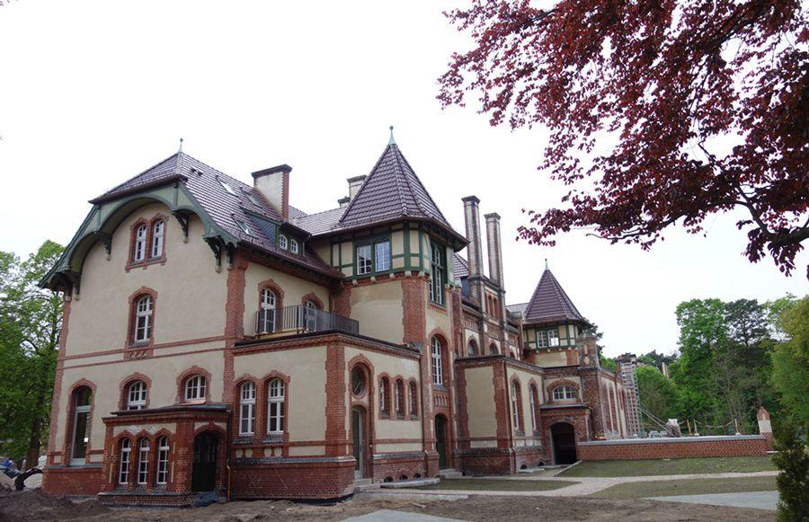 Refugium Beelitz - Schrägansicht des historischen Küchengebäudes während der Sanierung