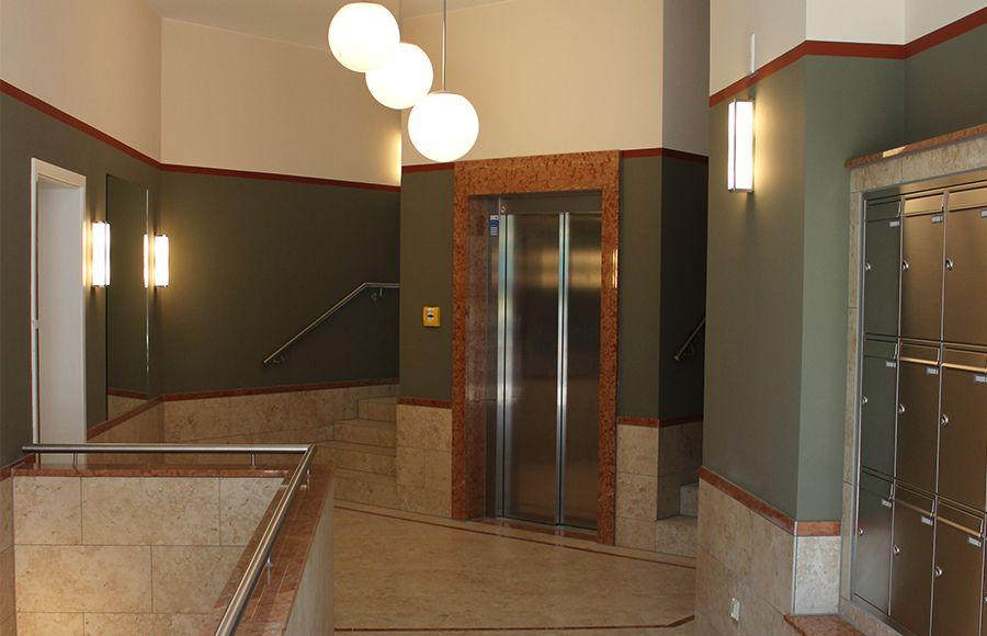 Thaerstraße - Eingangsbereich mit hochertiger Natursteinausstattung, Fahrstuhl, Treppe und Briefkastenanlage