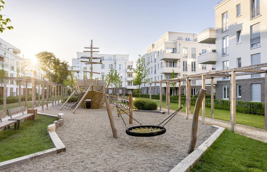 Villen am Filmpark Babelsberg - Blick auf den von den Stadtvillen eingerahmten Innenhof mit großem Kinderspielplatz im Vordergrund