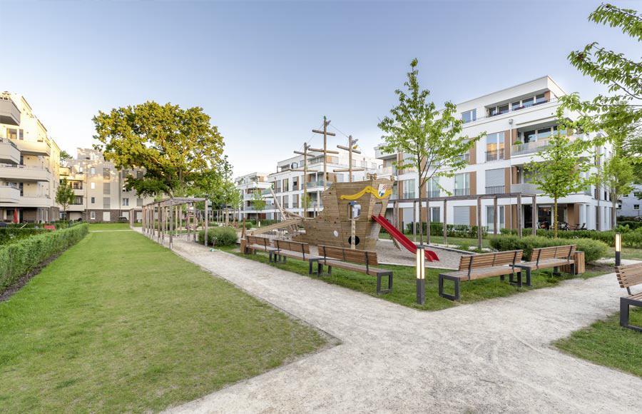 Villen am Filmpark Babelsberg - Blick in den gestalteten Hof zwischen den Stadtvillen mit grünen Freiflächen und großem Kinderspielplatz