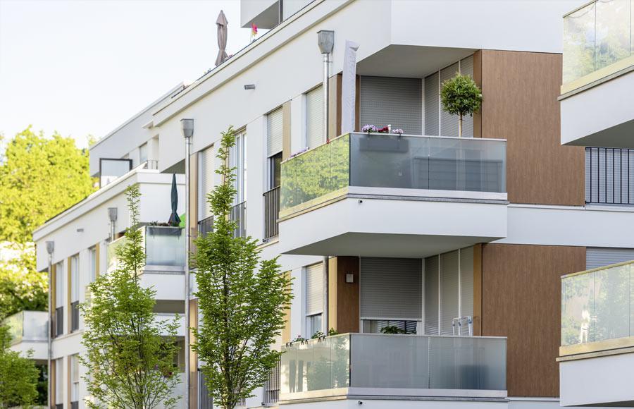 Villen am Filmpark Babelsberg - Nahaufnahme zweier Balkone mit Bespflanzung
