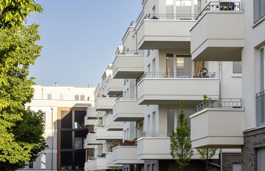 Villen am Filmpark Babelsberg - Schrägansicht der Fassaden mehrerer Stadtvillen mit großen Balkonen