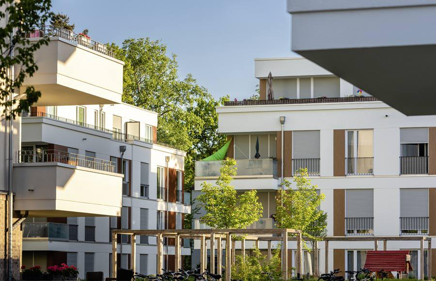 Villen am Filmpark Babelsberg - um den begrünten Innenhof gruppierte Stadtvillen mit großen Balkonen