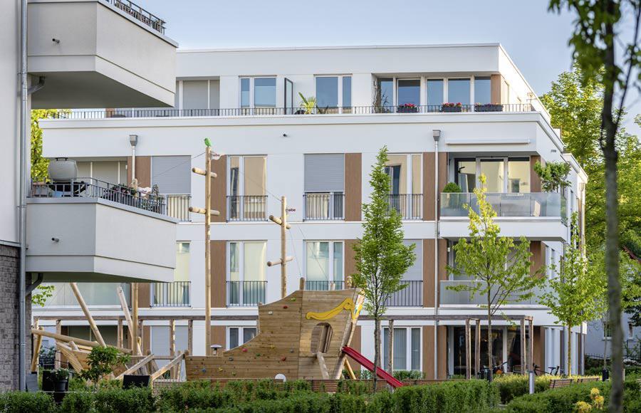 Villen am Filmpark Babelsberg - Holzschiff als Spielgerät auf Spielplatz zwischen den Stadtvillen