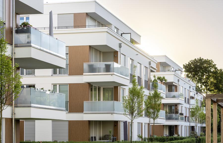 Villen am Filmpark Babelsberg - Nahaufnahme von drei Stadtvillen mit großen Balkonen und Terrasen mit Gärten im Erdgeschoss