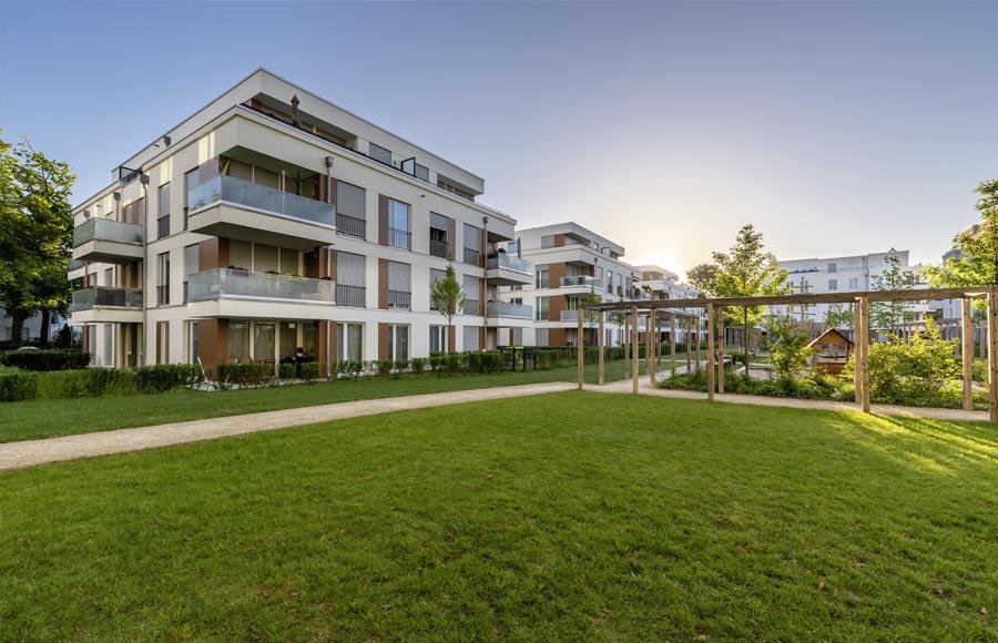 Villen am Filmpark Babelsberg - Blick auf Stadtvillen, davor grüner Rasen