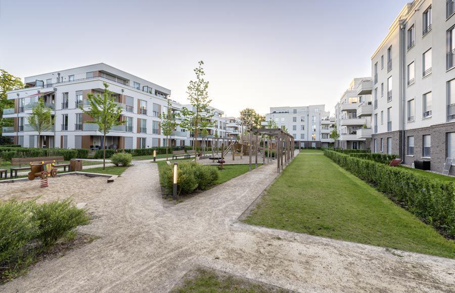 Villen am Filmpark Babelsberg - Blick in den gestalteten Hof zwischen den Stadtvillen mit grünen Freiflächen, Gärten und Kinderspielplatz