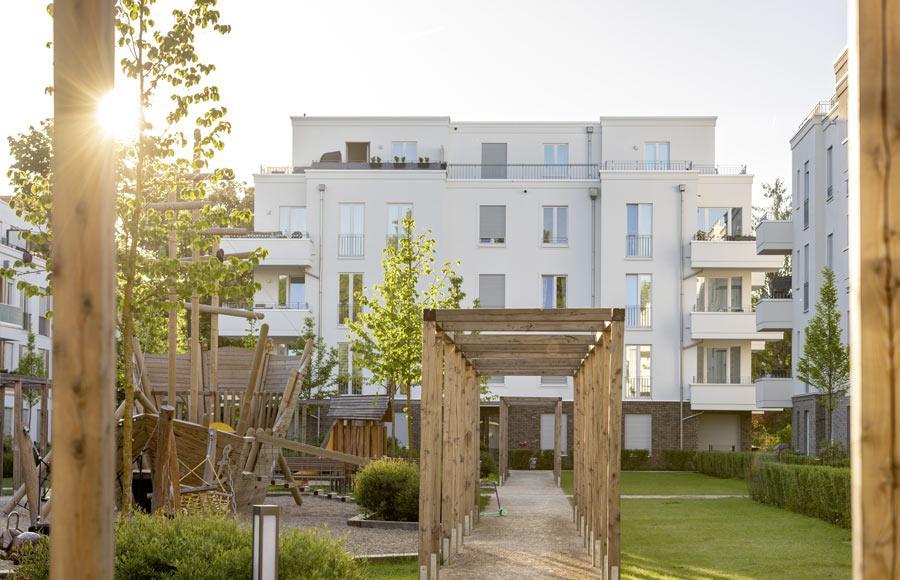 Villen am Filmpark Babelsberg - Blick auf den großen Kinderspielplatz und die dahinterliegende Stadtvilla