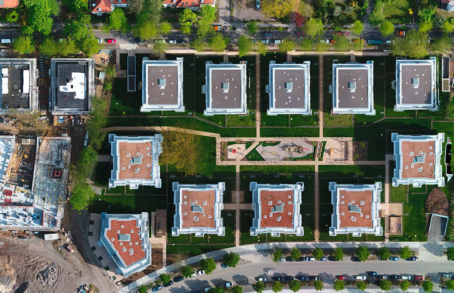 Villen am Filmpark Babelsberg - Draufsicht auf alle 11 Stadtvillen und gestalteten Innenhof mit grünen Freiflächen, Privatgärten und Kinderspielplatz