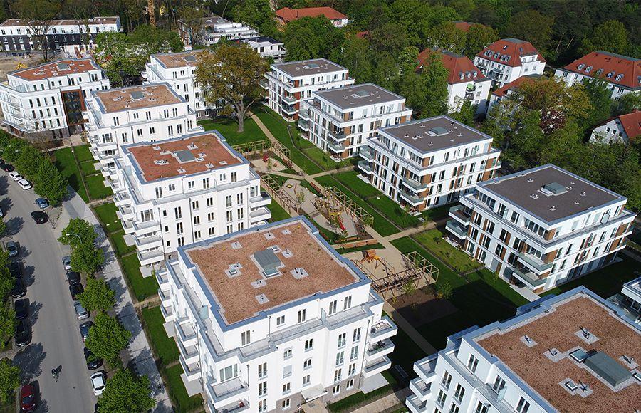 Villen am Filmpark Babelsberg - Vogelperspektive auf 10 Stadtvillen und gestalteten Innenhof mit grünen Freiflächen, Gärten und Kinderspielplatz