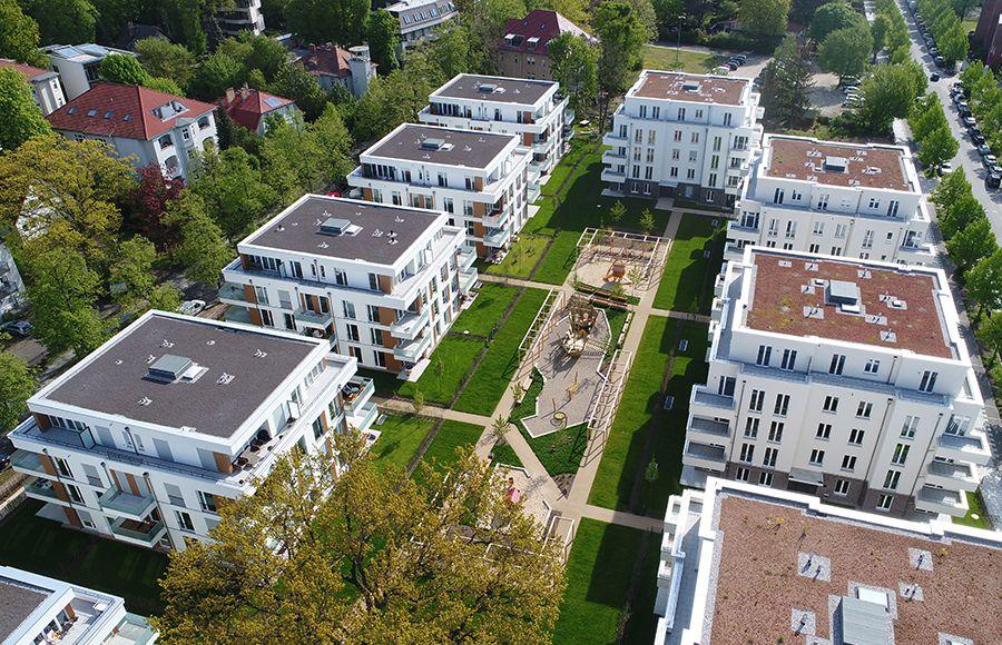 Villen am Filmpark Babelsberg - Vogelperspektive auf 4 Stadtvillen und gestalteten Innenhof mit grünen Freiflächen, Gärten und Kinderspielplatz