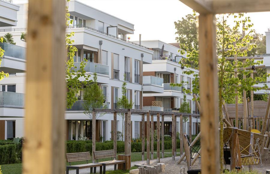 Villen am Filmpark Babelsberg - Blick vom Kinderspielplatz auf zwei Stadtvillen