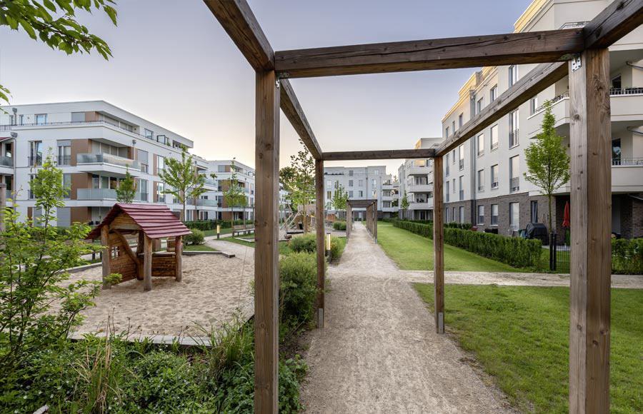 Villen am Filmpark Babelsberg - Blick auf den von den Stadtvillen eingerahmten Innenhof mit großem Kinderspielplatz