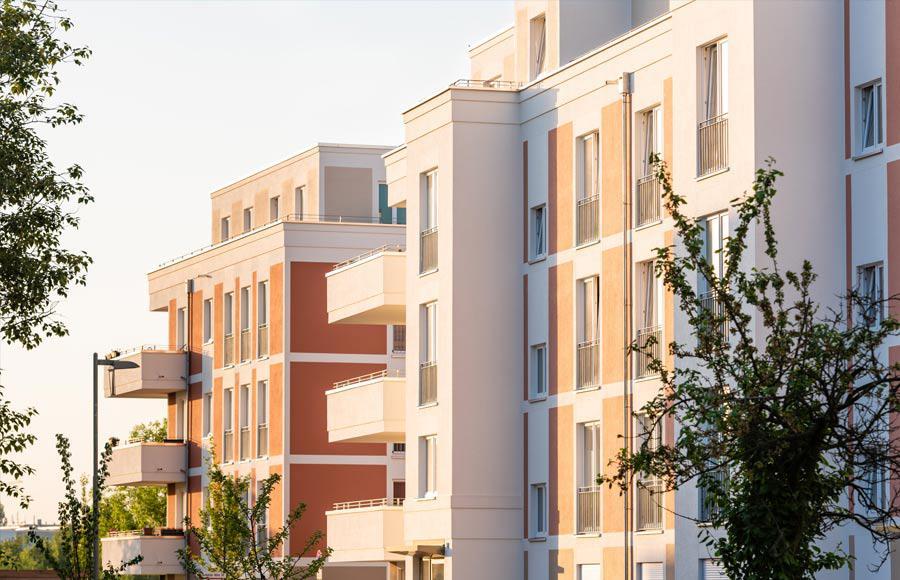 Wohnen an den Gärten der Welt - Sonnenbeschienene Fassaden der Stadtvillen