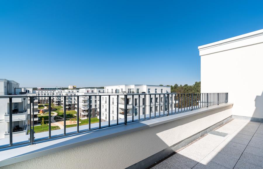 BrunnenViertel - Blick von Dachterrase auf Gesamtprojekt bei blauem Himmel
