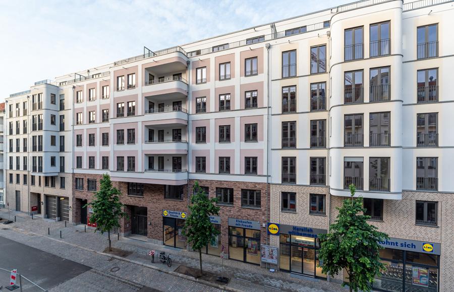 Rigaer Straße - Frontalansicht der kompletten Fassade mit Lidl-Markt im EG