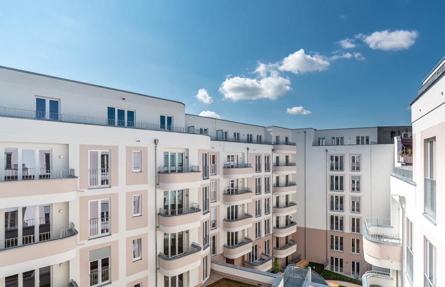 Rigaer Straße - Blick von Dachterrasse in einen Innenhof bei blauem Himmel