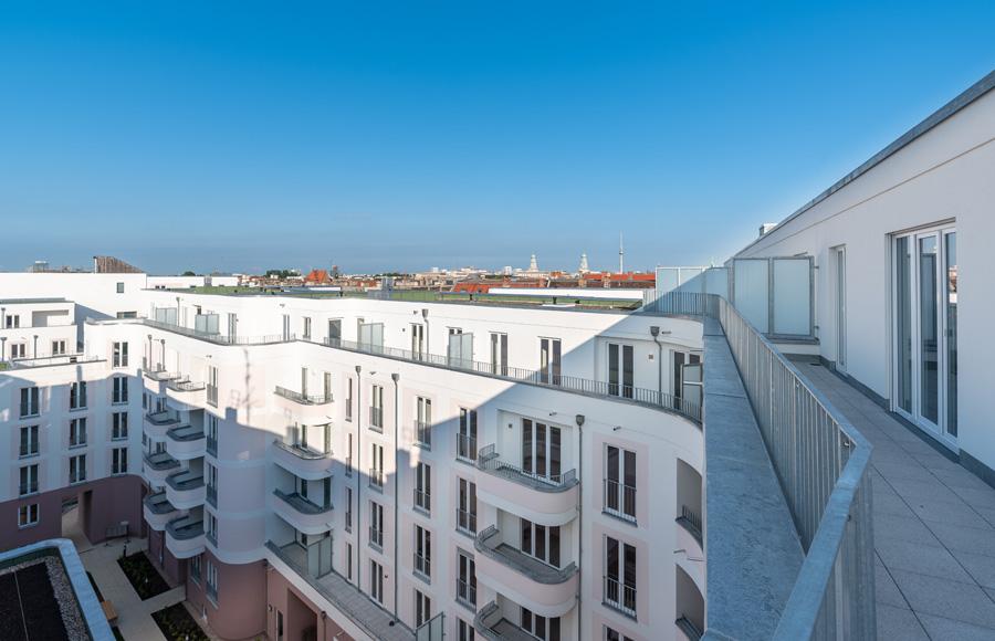 Rigaer Straße - Blick von Dachterrasse über das Ensemble und die Berliner Innenstadt mit Fernsehturm