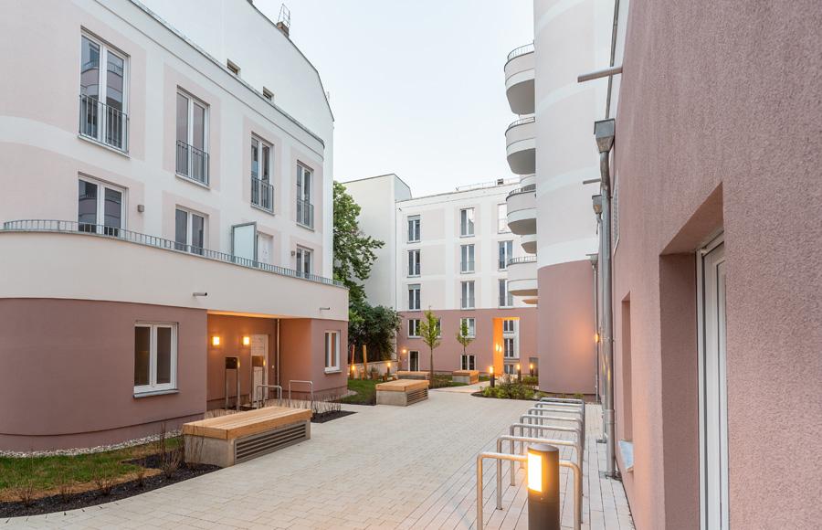 Rigaer Straße - Innenhof mit stimmungsvoller Beleuchtung und Sichtbarkeit der runden Balkone
