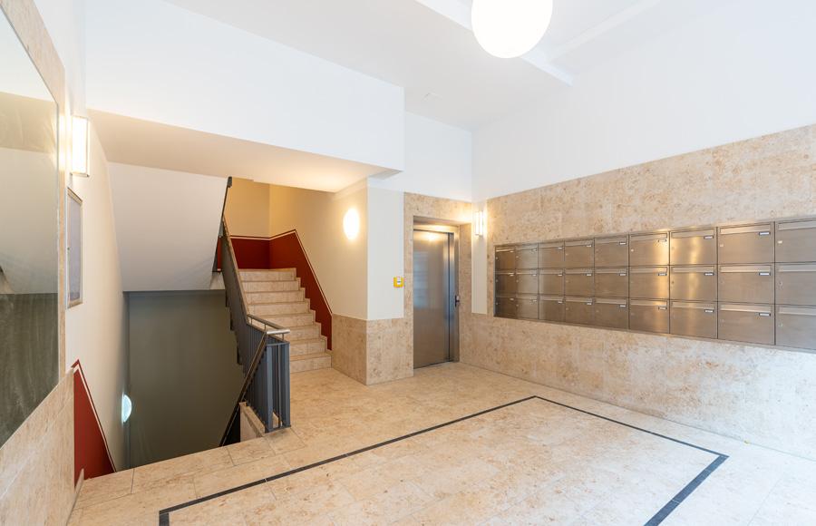 Rigaer Straße - Treppenhaus, Fahrstuhl und Briefkastenanlage, hochwertige Natursteinausstattung