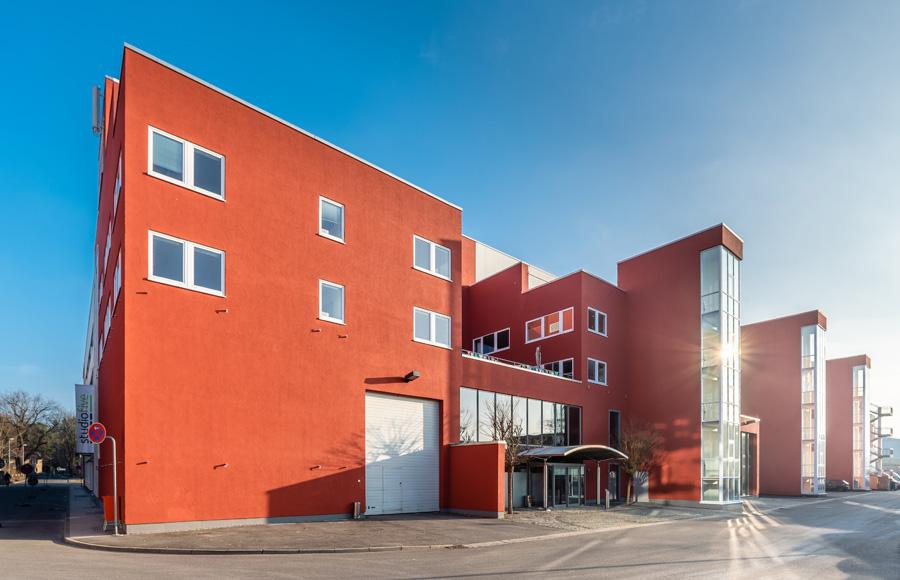 Studio Five - Blick auf Eingangsbereich des ehemaligen Foyers, das zu Co-Working und Flächen für die XU Hochschule umgebaut wurde