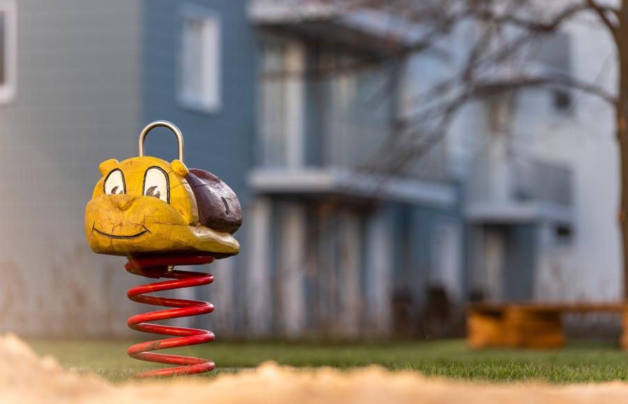 Zossener Straße - Nahaufnahme Kinderspielgerät Federwippe