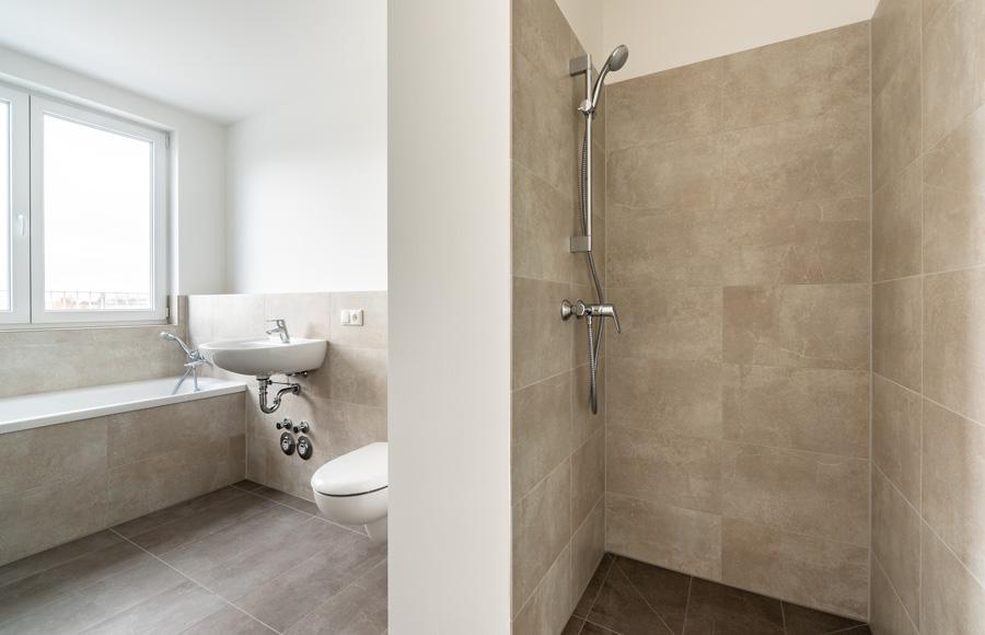 Zossener Straße - Innenansicht Badezimmer mit großer Dusche, WC, Handwaschbecken und Badewanne und