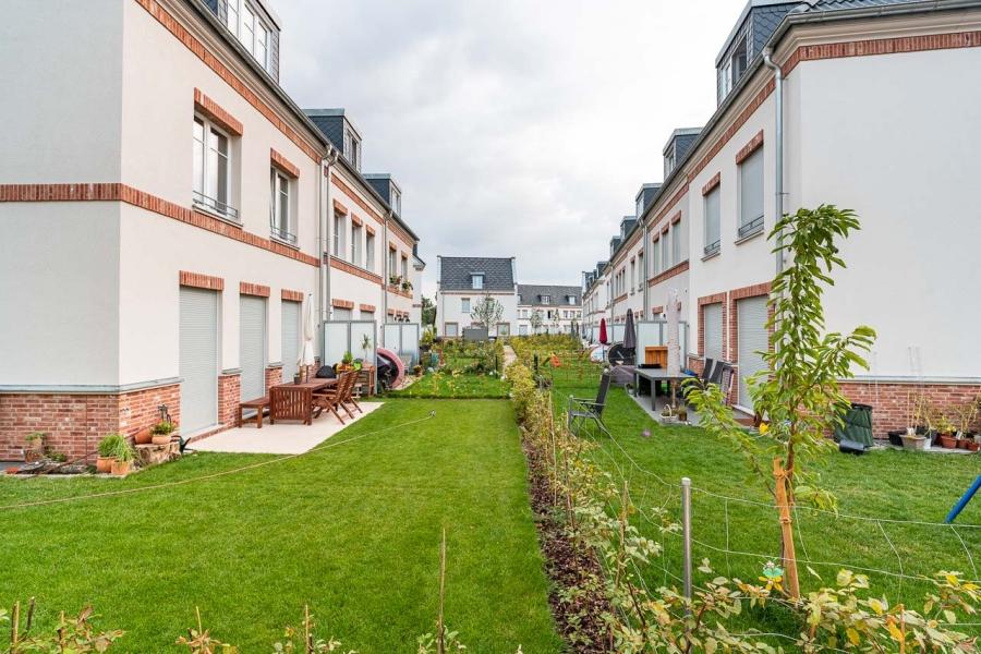 Grüne Aue Biesdorf Blick in grüne Gärten der Reihenhäuser