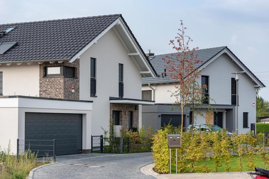 Grüne Aue Biesdorf Blick auf 2 moderne Einfamilienhäuser mit Garagenund Vorgärten