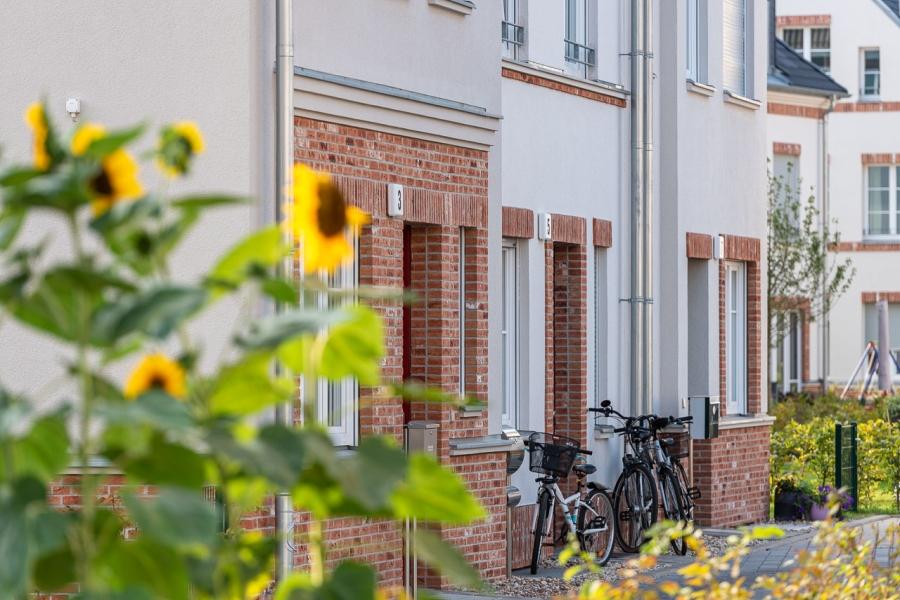 Grüne Aue Biesdorf Close Up auf Fassade mit Klinkerelemeneten und ans Haus gelehnte Fahrräder