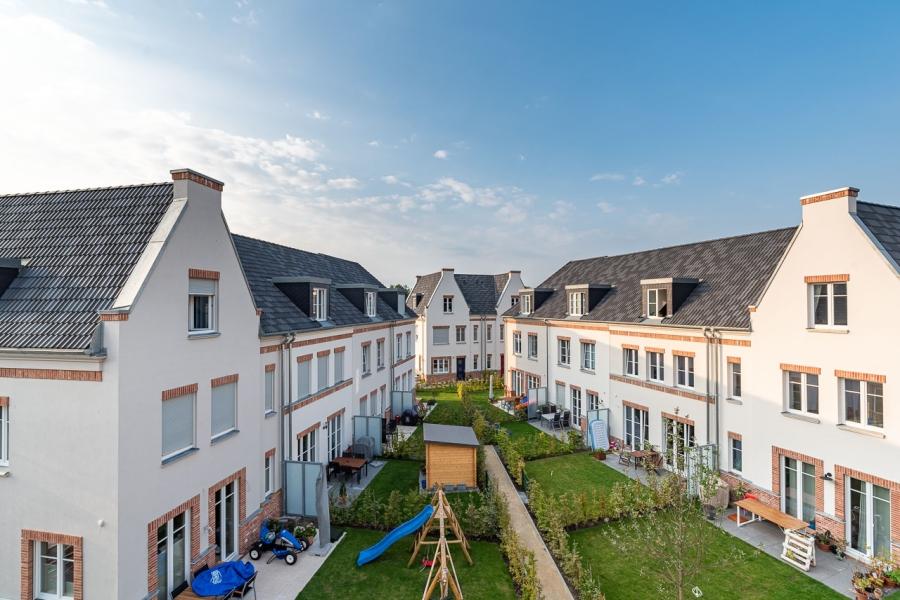 Grüne Aue Biesdorf Vogelperspektive auf Gärten, Terassen und Rücksteite der Reihenhäuser. Dachdeckung in 3 Anthrazit-Tönen